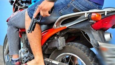Dupla em motocicleta assalta homem e foge levando malote com mais de R$ 37 mil