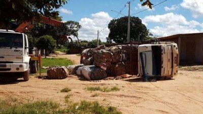 Coxim: Caminhão carregado com materiais recicláveis tomba ao passar por buraco
