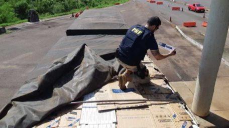 Contrabando: Motorista joga caminhão em viatura ao tentar fugir com carga milionária de cigarros