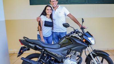 São Gabriel do Oeste: Prefeitura entrega moto sorteada na Promoção Natal Feliz
