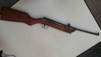 Adolescente atira acidentalmente com espingarda e mata amigo de 13 anos