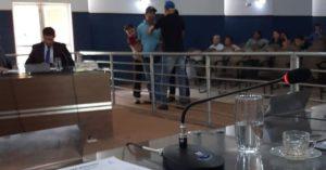 Nova Alvorada: Prefeito dá chute em ex-servidor de MS após discussão na câmara de vereadores