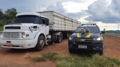 Motorista tenta se livrar de 32 kg de cocaína às margens da rodovia mas é preso