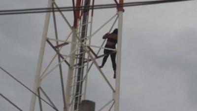 """""""Traída"""" pelo namorado, mulher ameaça se jogar de torre de 50 metros"""